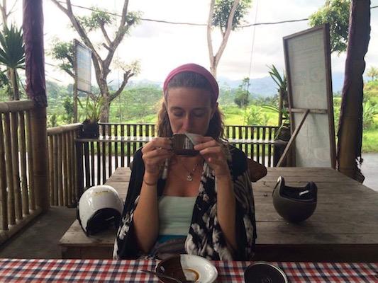 bevendo caffè di Bali a Muncan
