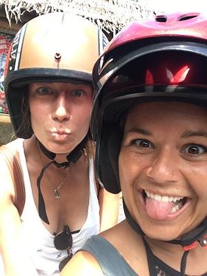 indossando caschi da teppiste su uno scooter a Kuta
