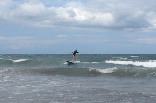 facendo surf a Kuta