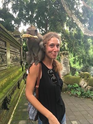 scimmia che mangia una banana sulla mia spalla alla Foresta Sacra delle Scimmie di Ubud