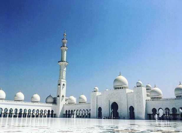 Grande Moschea di Abu Dhabi in un giorno