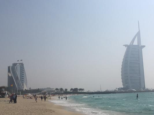 La vela di Dubai del Burj Al Arab di Dubai da Umm Suqeim Beach