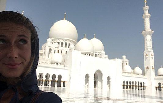 io e la Grande Moschea di Abu Dhabi durante il mio viaggio negli Emirati Arabi Uniti
