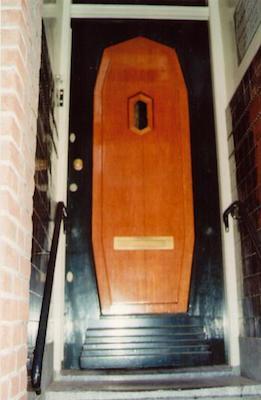 Porta di una casetta di Amsterdam a forma di bara