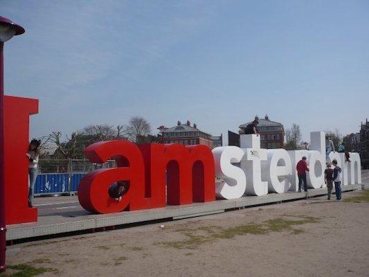 io e la scritta I Amsterdam