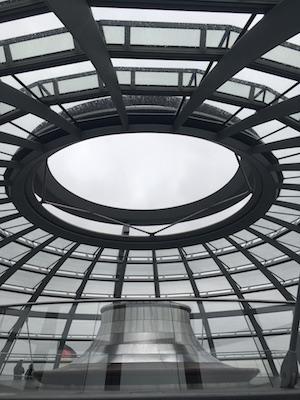 Dentro la Cupola di Vetro del Reichstag di Berlino