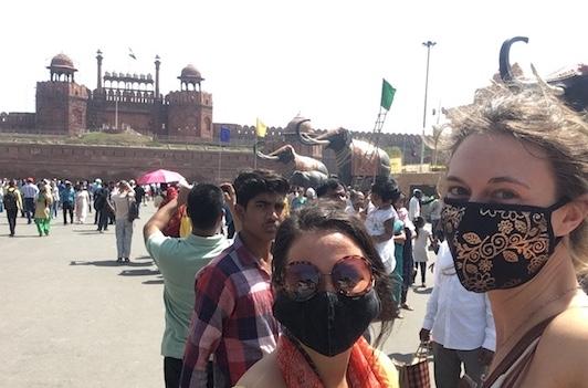 Indossando maschere anti inquinamento al Forte Rosso di Delhi