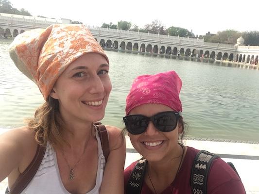 Indossando bandane al Gurudwara Bangla Sahib di Delhi