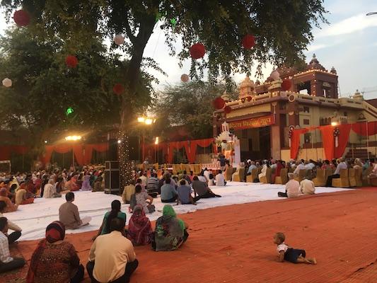 Ascoltando uno dei discorsi tenuti nel Tempio di Laxminarayan di Delhi