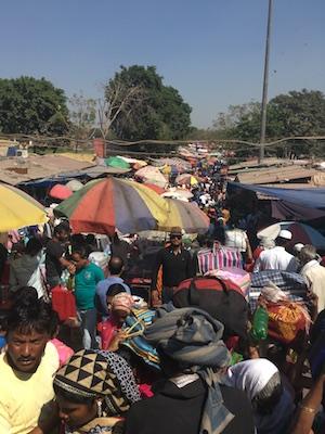 Folla al Meena Bazaar di Delhi