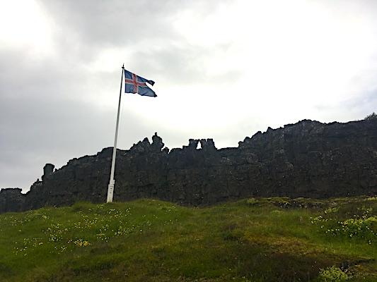 Bandiera posta a segnalazione del podio dell'Althing nel Parco di Thingvellir in Islanda