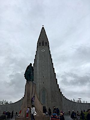 Statua di Erikson di fronte la chiesa Hallgrimskirkja di Reykjavik