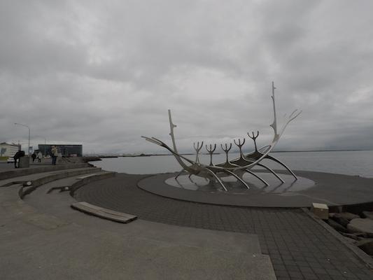Sun Voyager di Reykjavik con sfondo dell'Harpa