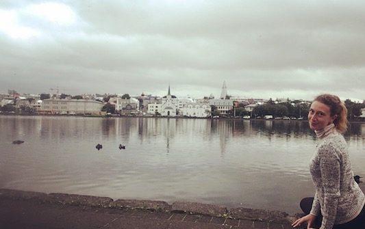 Io al lago Tjornin mentre visito Reykjavik in Un Giorno