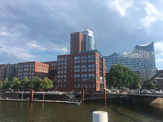 Profilo dell'Elbphilharmonie di Amburgo da lontano