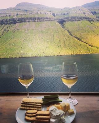 Saluto alle Isole Faroe con un bicchiere di vino durante la partenza con la nave
