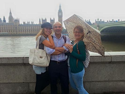Sul Tamigi con lo sfondo del Big Ben con amici