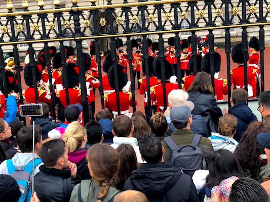Folla di fronte al Buckingham Palace di Londra