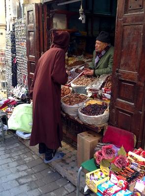 Uomo vestito in abito tradizionale al souk della medina di Fes