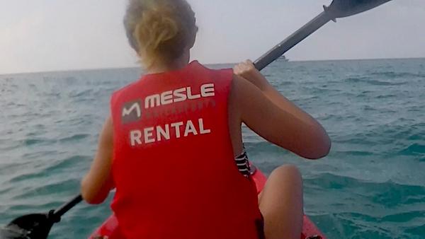 Remando per Dhiffushi in kayak