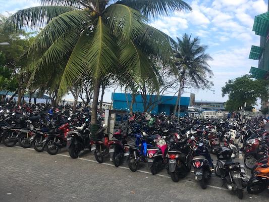 Parcheggio di motorini a Malè, Maldive