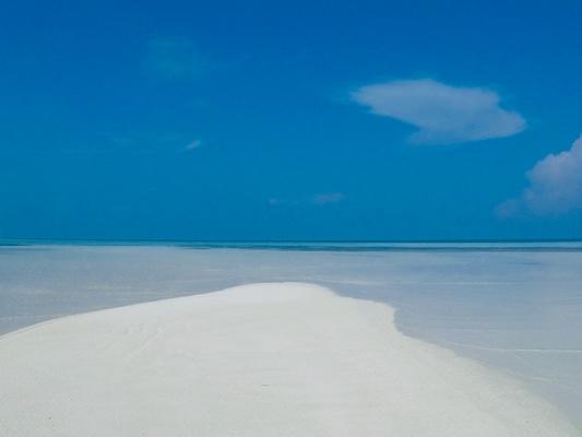 Bellissima spiaggia di Dhiffushi, un'isola locale delle Maldive