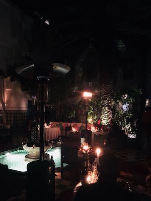 Atmosfera a lume di candela al ristorante Dar Marjana di Marrakech