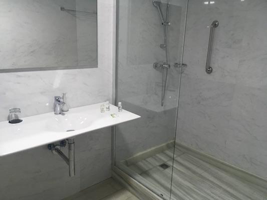 The bathroom of Fredj Hotel