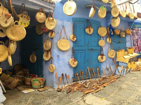 Oggetti fatti a mano in legno e in vimini come souvenir del Marocco