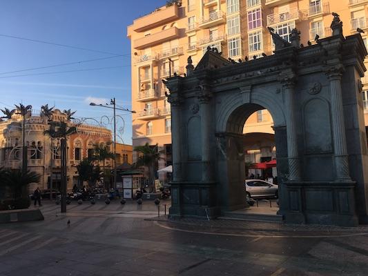 Replica della Puerta del Hospital Real a Plaza de los Reyes