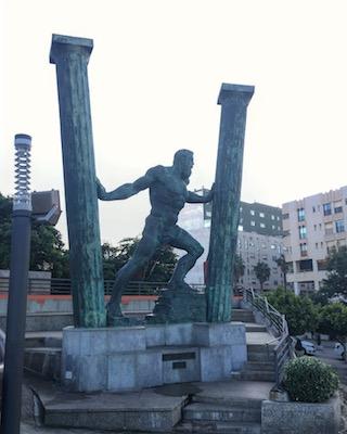 Statua di Ercole che separa le colonne a Ceuta
