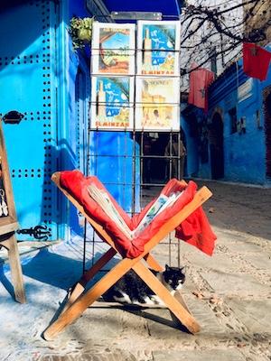 Gatto davanti a uno dei negozi di souvenir della medina di Chefchaouen