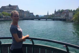Cosa vedere a Zurigo: su un ponte osservando il panorama di Zurigo e il lago