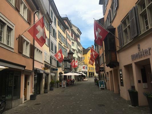 Casette colorate e bandiere di Augustinergasse a Zurigo