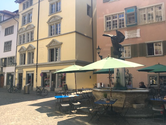 Piazzetta di Zurigo dove si uniscono Rindermarkt e Neumarkt