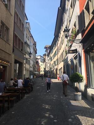 La stradina di Rindermarkt a Zurigo