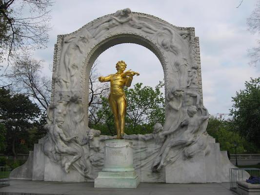Statua dorata di Strauss che suona il violino nello Stadtpark di Vienna