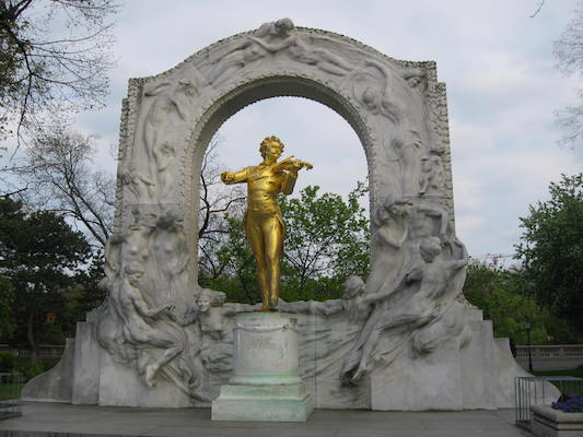 The golden statue of Strauss in Stadtpark