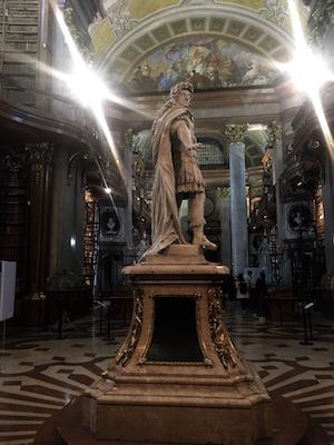 Statua di Carlo VI nella Biblioteca Nazionale di Vienna