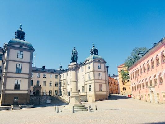 Piazza con edifici colorati sull'isola Riddarholmen