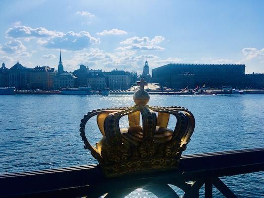 Panorama di Stoccolma dal ponte Skeppsholmsbron all'altezza della corona dorata