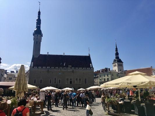 L'edificio del Municipio di Tallinn al centro di Raekoja Plats