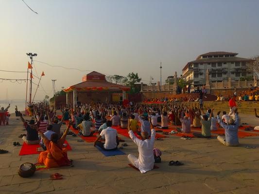 Gruppo di persone che pratica la risata come tecnica di meditazione ad Assi Ghat