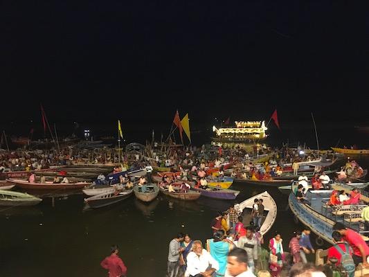 Persone che assistono alla cerimonia del Ganga Aarti al Dashashwamedh Ghat dalle barche