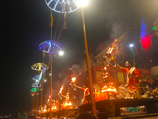 Sacerdoti che eseguono la cerimonia del Ganga Aarti al Dashashwamedh Ghat