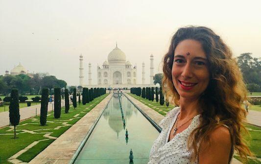 Primo piano con il Taj Mahal ad Agra, città dove si trova una delle Sette Meraviglie del Mondo