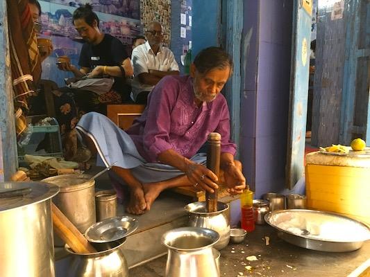 Uomo che prepara il lassi al Blue Lassi di Varanasi