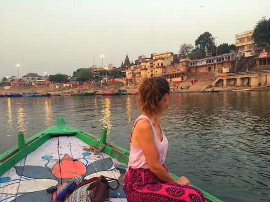 Ghat dalla barca, una delle cose da vedere a Varanasi