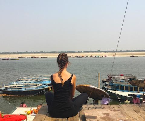 Seduta a un ghat salutando Varanasi