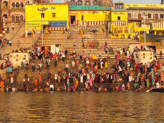 Fedeli induisti al Kedar Ghat di Varanasi